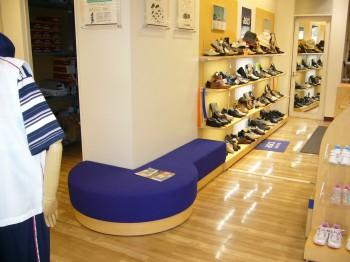 靴販売店 試着用スツール 什器