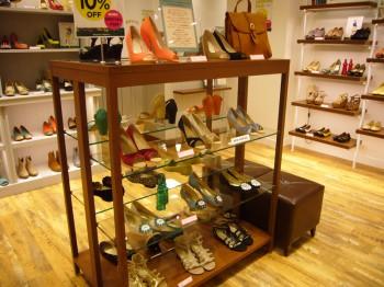 靴販売店 ディスプレイ什器